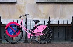 Ik doe wat ik wil (Roel Wijnants) Tags: fiets kleur verbodsbord stallen rose pink roelwijnants roelwijnantsfotografie bike wandelen fietsen denhaag thehague hofstijl haagspraak absolutelythehague lovethehague thisisthehague gebruiksvoorwaardenlezen cityilove