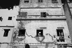 The Living (Tom Levold (www.levold.de/photosphere)) Tags: fuji marokko xpro2 street casablanca sw bw architektur fassade building architecture gebäude haus facade fenster windows