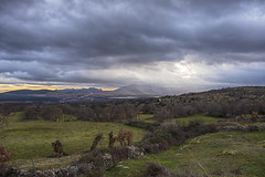 Llueve en Lozoya (lebeauserge.es) Tags: españa madrid braojosdelasierra campo montaña naturaleza verde cielo nubes lluvia luz atardecer