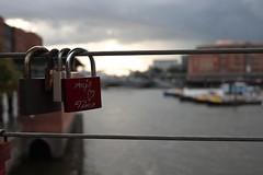 Liebesschloss am Hamburger Hafen (JoNiGa_87) Tags: schloss brücke liebe love bridge liebesschloss padlock lovelock hamburg hafen wasser water alexandersuter joniga