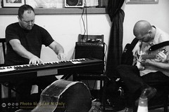 Thollem McDonas and Joel Peterson [50D-1928GS] (Juan N Only Music Photos) Tags: music jazz freejazz boxdeserter bohemianhomeinexile cafe lepetitzinc detroit michigan grayscale blackwhite monochrome improvisation piano keyboard bass electricbass avantgarde creative experimental electronicpiano digitalpiano may 2010 juannonly blackandwhite musicians