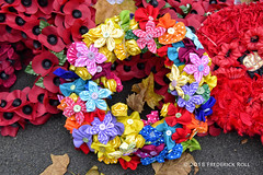 Wreath of buttons and flower bows (© Freddie) Tags: london westminster sw1 cityofwestminster whitehall cenotaph wreath poppy remembrance fjroll ©freddie 19182018