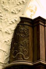 Liège, Wallonië, Église St.-Antoine, organ balcony, detail (groenling) Tags: luik liège belgië belgique wallonie wallonië be églisestantoine courdesmineurs couventdesmineursdeliège organ orgel orgue balcony balustrade balkon borstwering doksaal tribune mmiia wood carving woodcarving hout houtsnijwerk snijwerk bois ajour openwork harp harpe banjo