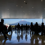 Here is the most popular space in the museum. The space which is one purpose to watch Mt.Fuji. 展望ホールです。螺旋状のスロープを登り終えるとこの部屋にたどり着きます。