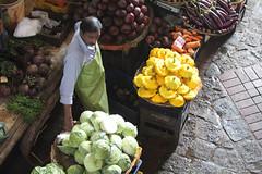 Au marché de Port-Louis (philippeguillot21) Tags: marché market markt mercado portlouis maurice mauritius maraicher commerçant man homme ptiron courgette betterave chou pixelistes canon