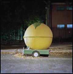 Zitrone (Konrad Winkler) Tags: berlin gesundbrunnen strase nacht anhänger zitrone werbung auto mittelformat 6x6 kodakportra160 hasselblad503cx epsonv800