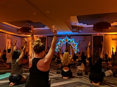 People Lift airs in the air at The Fixx class with Schuyler Grant at Wanderlust Wellspring (Eric Broder Van Dyke) Tags: pixel 2 california wanderlustwellspring 2018 people lift airs air the fixx class with schuyler grant wanderlust wellspring