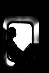 e guardo il mondo da un oblò (mat56.) Tags: corsicaferries oblò porthole silhouette bianco black nero traghetto ferry donna woman ragazza girl monocromo monochrome controluce backlight antonio romei mat56