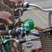 Älteres Fahrrad mit Schildkröte als Klingel und Fahrradkörbchen