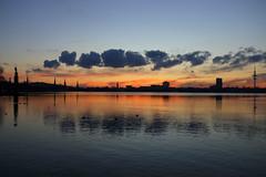 Der Himmel über Hamburg 1-5 (Elbmaedchen) Tags: wolkenausmoorburg alster sonnenuntergang januar abendhimmel blauestunde reflektion reflection sundown hamburg wasserspiegelung hamburgskyline ausenalster kraftwerkmoorburglaesstgruessen wolkenformationen kirchtürme