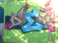 904 (en-ri) Tags: diem ali vale marrone azzurro rosa verde arrow torino wall muro graffiti writing