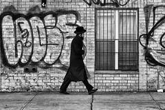 Williamsburg (erichudson78) Tags: usa nyc newyorkcity brooklyn williamsburg canoneos6d streetphotography scènederue rue street canonef70200mmf4lisusm noiretblanc blackandwhite graffiti silhouette homme man chapeau hat mur wall