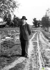tm_5969 (Tidaholms Museum) Tags: svartvit positiv fotografier gård ladugård stuga grusväg människa