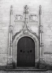 Porte de l'église. (Toni Casals) Tags: iglesia esglèsia portalada portal blancoynegro blancinegre noiretblanc bw bn monochrome