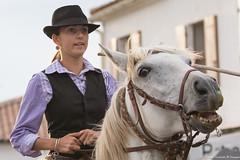 Chacun son regard...... 2-/2 (Elyane11) Tags: bouchesdurhone france provencealpescotedazur saintesmariesdelamer camargue chevaux défiles rue regard