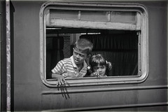 Adventure train (Zoom58.9) Tags: people children humans menschen kinder bw sw monochrome train wagon waggon zug asia asien srilanka canon eos 50d
