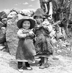 Happy sisters- Callejón de Huaylas (Lewitus) Tags: children happiness hats hasselblad500c scannednegative 1967 callejóndehuaylas perú