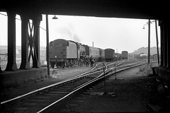 Having a chat at Hunslet (Garter Blue) Tags: leeds hunslet yards sidings steam lms 8f 1966 freight goods bw monochrome film 35mm zorki fed