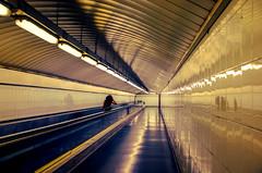 L.R.D.(15 of 101).jpeg (Lea Ruiz Donoso) Tags: metro madrid subway underground corridor corredor pasillo naranja línea 7 siete line seven diagonal geometría puente estructura infraestructura pasarela peatonal arquitectura líneas techo