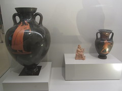 Figure and two Greek vases.    CaixaForum, Madrid, June 2018 (d.kevan) Tags: exhibitions caixaforum ancientinstruments displaycabinets june2018 madrid spain exhibits greek vases figure musicians
