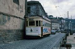 Europa, Portugal, Porto, Rua do Cais das Pedras (Bernhard Kußmagk) Tags: europa europe portugal porto kusmagk kussmagk bernhardkusmagk bernhardkussmagk strasenbahn tram tramway streetcar trolley tramm tranvía villamos tramvia sporvogn tramvaj spårvagn trikk tramvai tranvia bonde elétrico tramvay raitioliikenne sporvei spårväg трамвай τραμ 路面電車 노면전차 有軌電車 电车 rollenstromabnehmer stangenstromabnehmer trolleypole stcp 1435mm voienormale normalspur regelspur standardgauge vierachser ruadocaisdaspedras caisdaspedras beengt schmal rueétroite eng narrow narrowstreet