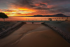 Sbocco (Zz manipulation) Tags: art ambrosioni zzmanipulation sbocco lago acqua panoramica rosso giallo passeggiata tramonto cielo coloro people