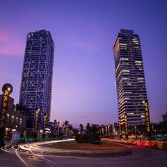 El que la llum ha unit... (Ramon InMar) Tags: barcelona lighttrails night nocturna longexposure largaexposicion estelas torres llargaexposició bluehour hotelars twintowers vilaolimpica