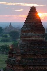 Lever de soleil sur les temples de Bagan (Seb & Jen) Tags: bagan myanmar burma birmanie mandalayregion myanmarbirmanie oldbagan nyaungu royaumedepagan temple pagode pagoda sunrise soleil bulethi