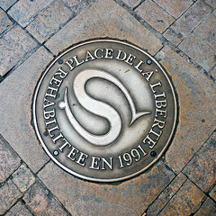 photo - Place de la Liberte, Sarlat, France (Jassy-50) Tags: photo sarlat perigord france salamander squareformat streetmetal street brick manholecover manhole cover placedelaliberte s sarlatlacaneda unescotentative