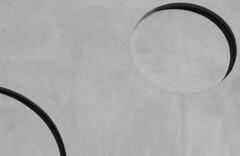 La luna di cemento - Concrete moon (Lorenzo BC-1) Tags: luna moon cerchio circle monocromo monochrome canon muro wall cemento concrete ombra shadow grigio grey città city dettaglio liscio smooth surface superficie astratto abstract