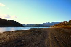 senza titolo (Enzo Ghignoni) Tags: lago acqua cielo azzurro piante spiaggia colline