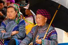 Vietnam - Au marché de Can Cau. (Gilles Daligand) Tags: vietnam cancau marché market femmes costumes ethnies parapluie