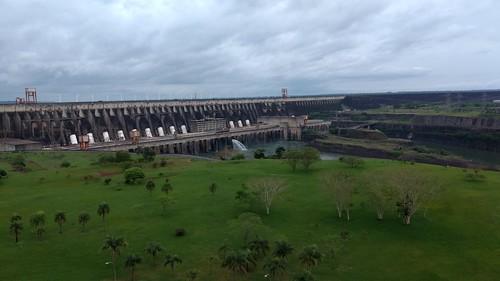 Blick auf die Itaipú-Staumauer