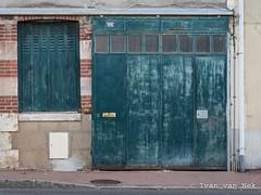 Rue Georges Clemenceau, Gien (Ivan van Nek) Tags: ruegeorgesclemenceau gien loiret france 45 nikond7200 nikon d7200 garage door ramenendeuren doorsandwindows rusty peelingpaint frankrijk frankreich decaying derailinator centreval de loire architecture architektur architectuur green vert groen grün