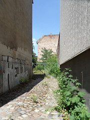 Road to Hell? (onnola) Tags: berlin deutschland germany gwb guesswhereberlin einfahrt weg path zugang kopfsteinpflaster pflaster cobblestone wand brandmauer wall zaun fence tor gate graffiti hell