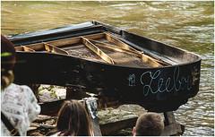 192- UN VIEJO PIANO JUNTO AL RIO - UZUPIS- VILNIUS - LITUANIA - (--MARCO POLO--) Tags: música curiosidades ciudades paises rincones barrios