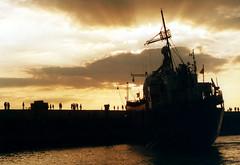 Global Rheingold (gelbhaarduisburg) Tags: niederrhein ruhrgebiet schiff hafen wasser personen ufer theater