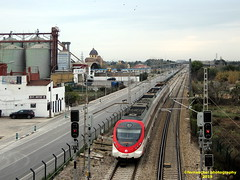 Tren de Cercanías (Línea C-6) a su paso por VALENCIA (fernanchel) Tags: spain renfe adif cercanias rodalies поезд bahnhöfe railway station estacion ferrocarril tren treno train c6 civia gimp
