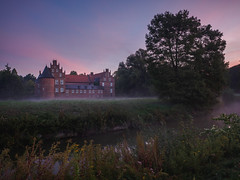 "Misty sunrise at ""Schloss Herten"" (wiscmic) Tags: autumn em10mkii schlosspark nebel herbst mist germany olympusomdem10mkii morning schlossherten herten wasserschloss landschaft olympus deutschland sonnenaufgang park sunrise misty schloss olympusomd nrw nordrheinwestfalen microfourthirds landscape mft"