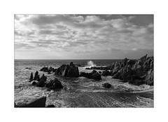 Splashing sea water (Franco & Lia) Tags: costaparadiso sardegna sardinia paesaggio seascape splashes biancoenero blackandwhite noiretblanc schwarzundweiss huawei p8lite2017