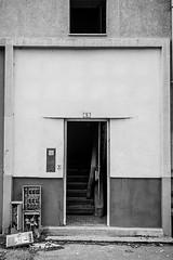 Alès Pres st jean-8610 (YadelAir) Tags: alès immeuble destruction pelleteuse débris démolition rue noiretblanc habitat hlm