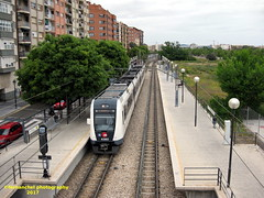 Tren de Metrovalencia (UT 4360) a su paso por la Estación de Sant Isidre (Valencia) (fernanchel) Tags: spain valencia поезд bahnhöfe railway station estacion ferrocarril tren treno train metrovalencia fgv viaestrecha emu ut