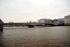 London Bridge, not falling down (zawtowers) Tags: jubilee greenway section 8 towerbridgetowestminsterbridge river thames path south bank central london saturday 19th january 2019 cloudy dry cold amble walk stroll exploring bridge curve iconic murky brown water dirty