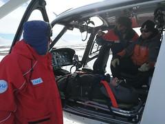 Übung Krankenabtransport und Transfer in den Helikopter im Gelände