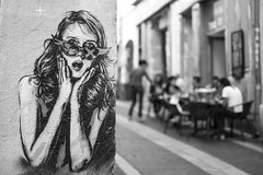 """""""Draußen nur Kännchen!"""" (TablinumCarlson) Tags: europa europe frankreich france marseille sud südfrankreich bouchesdurhône provencealpescôte d'azur provence côte golfe du lion mittelmeers méditerranée mediterranean mittelmeer leica m summicron composition dof bokeh woman shocking street photography schwarz weis black white bw sw streetart art mural grafitti drausennurkännchen kännchen 50mm"""