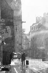 Renapée : définition. (Tonton Gilles) Tags: alençon normandie noir et blanc grande rue personnage silhouette église basilique notredame dalençon porche gargouille pluie renapée au petit nègre orageuse paysage urbain scène de
