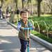 在大宁公园玩滑板车