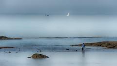 Les pieds dans l'eau (Fred&rique) Tags: lumixfz1000 photoshop hdr été océan atlantique pêche homme voiliers paysage bateaux eau horizon rochers marée