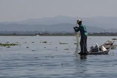 Pêcheur lac Inlé (Patrick Doreau) Tags: pêcheur nasse filet fishing eau water lac lake chapeaun bateau boat birmanie myanmar asie asia inlé