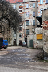 Old housing and backyard , Wrocław 31.01.2019 (szogun000) Tags: wrocław poland polska city cityscape buildings architecture old brick rundown decay residental backyard urban dolnośląskie dolnyśląsk lowersilesia canon canoneos550d canonefs18135mmf3556is